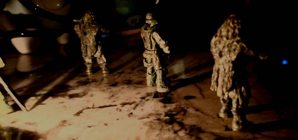 Image of: Marines and evacuees sit and wait for a rumored Oni pelican to meet up with them with a SPARTAN